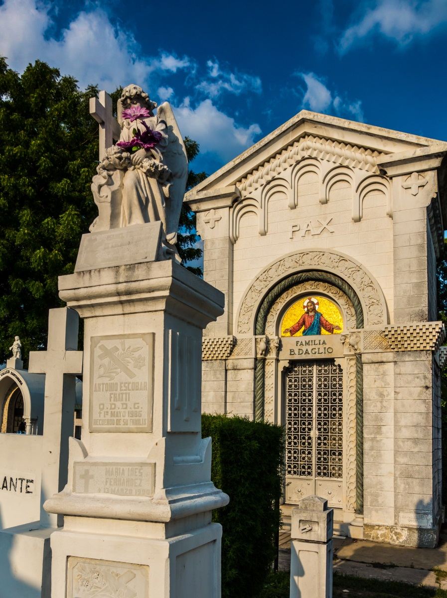 Tombs in the Cementerio de Los Ilustres