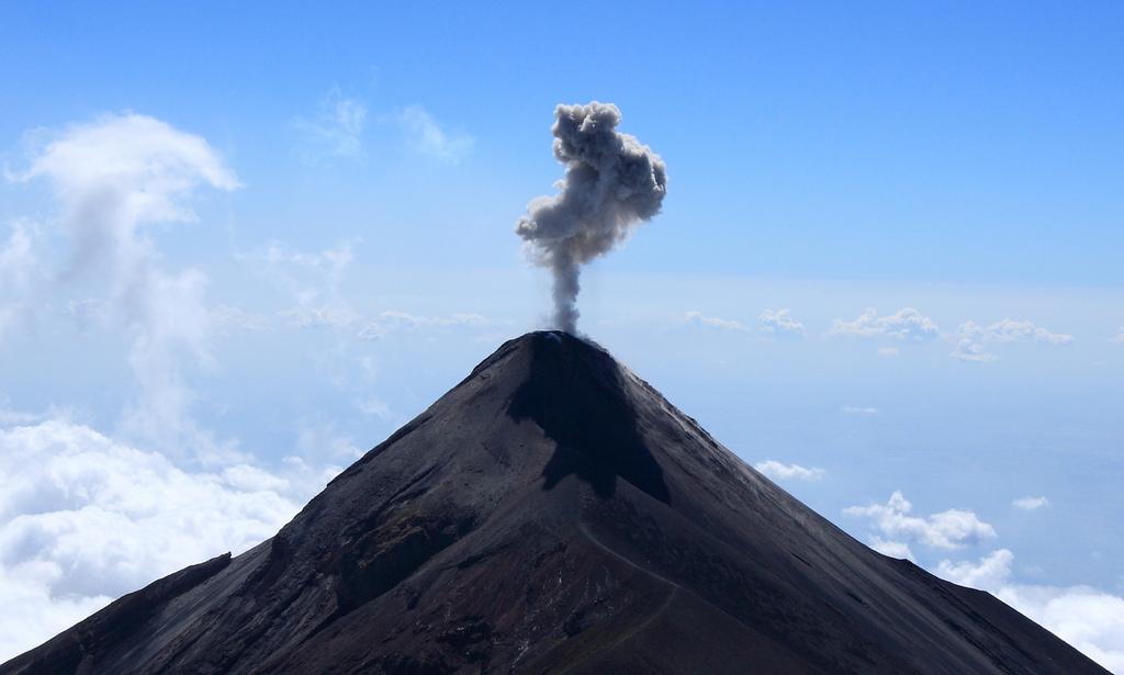 Volcan Fuego erupting